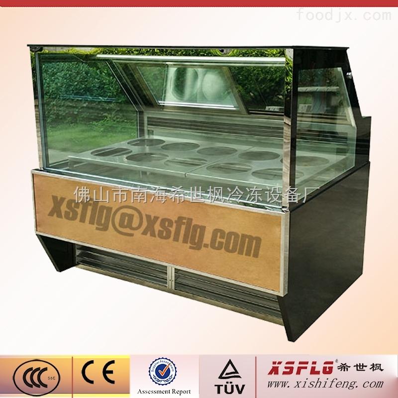 希世枫冰淇淋展示柜系列 1:款式多样,可量身订做特殊造型,如S型组合,转角型组合。 2:产品经测试房高温(35)高湿(75%)测试合格出厂。 3:Danfoss压缩机高效制冷,省电节能,噪音低。特殊要求可用Tecumseh压缩机。 4:R404A环保制冷剂,与时俱进。 5:风冷系统,斜面展示,柜底装有轮子可360度转动(特殊要求除外)。 6:独特的风道设计让柜内温度更均匀。 7:高效自动热气化霜系统,操作更省心。 8:弧形玻璃带发热丝除雾,无雾高清晰度显示。 9:高精度微电脑温控,液晶数字清晰显示温度,温