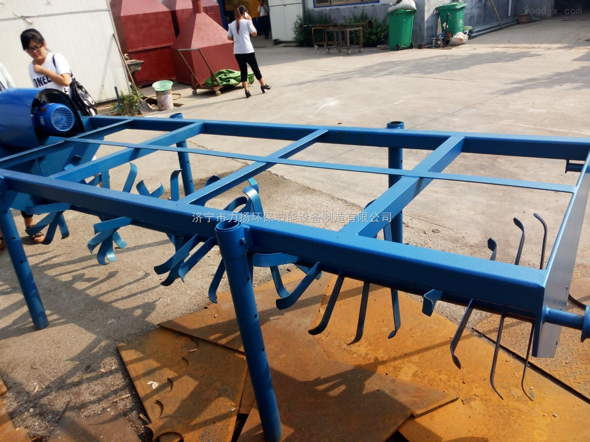 发酵床翻抛机懒汉养猪法 发酵床翻抛机简介: 该设备主要用于养猪场的