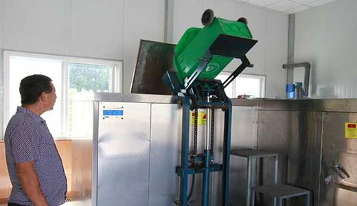 专用轮式餐余垃圾桶分发给村民用于回收厨余垃圾