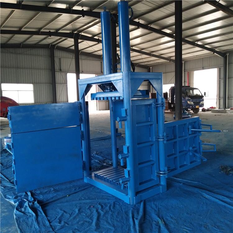供应双缸废纸液压打包机视频 小型液压打包机用于压缩废纸类物品及生活垃圾、工业垃圾、塑料、薄膜、牧草、秸杆、棉花、铁屑、铝屑、边角料等其它回收蓬松废品的打包工作。成倍减少废物品体积,增加物品其密度,便于运输与贮存。这种立式打包机减少废物存储空间,节约达80%的堆放空间,降低运输费用,同时有利于环保和废物回收。立式液压打包机主要由液压缸、电机与油箱、压盘、箱体及底座、上门、下门、门闩、打包带支架、铁支等构成。 供应双缸废纸液压打包机视频 小型液压打包机外观时尚、做工精细,四道捆包槽,三面包板,单边进料,方便操